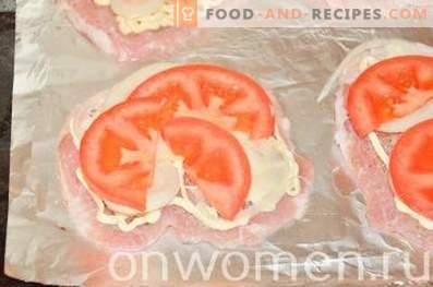Chuletas al horno con champiñones, tomates y queso