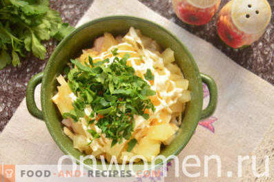 Insalata con pollo affumicato, ananas, formaggio, uovo